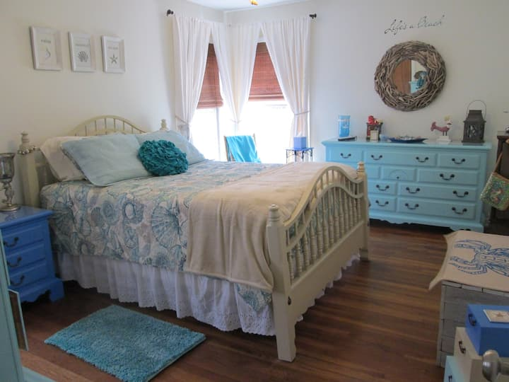 Beachy Bedroom in Central Austin Close to Downtown