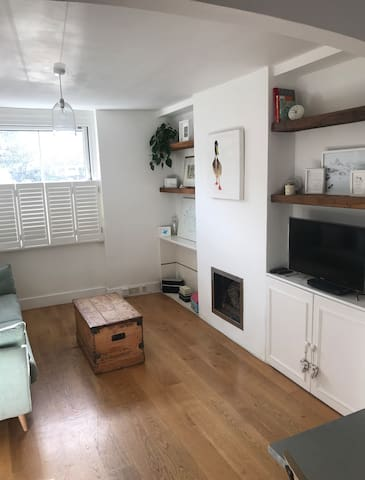 Cozy 3 Bed Kew Cottage, close to Gardens & tube