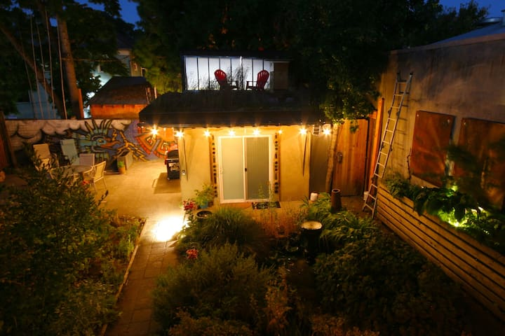 The Clay Hut: Private bed/bath in backyard garden. - Portland