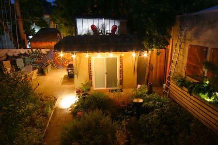 The Clay Hut: Private bed/bath in backyard garden. - Portland - Hütte