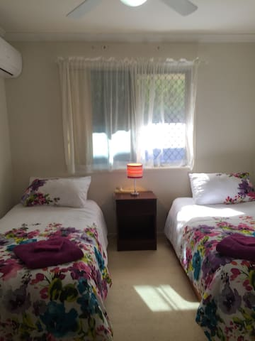 Lovely twin air conditioned room by the Bay - Redland Bay - Huis