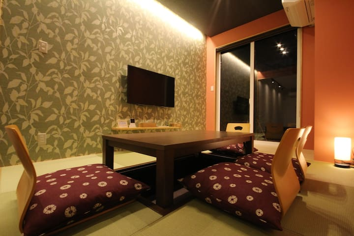 A good place for chatting!  There're a Japanese style table with heating and a garden outside.  中庭を望む畳スペース。掘り炬燵を囲んで、会話が弾みます。