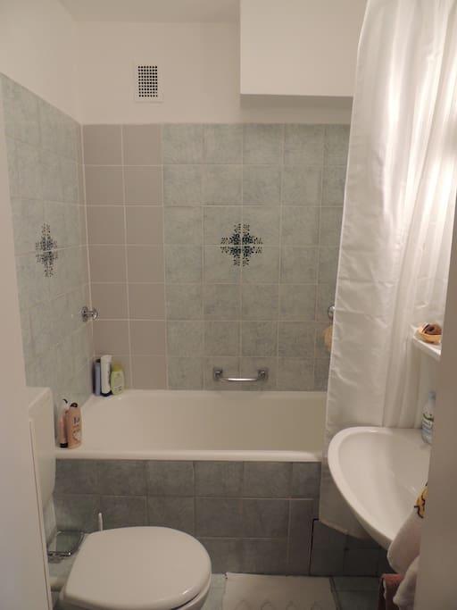 Badezimmer mit Badewanne * bathroom with tub