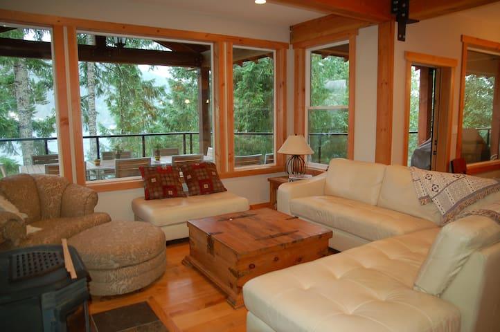 Luxurious Lake Cowichan House - Your home away! - Honeymoon Bay - Casa