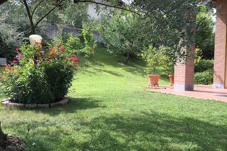 Spaziosa camera in villa sulla collina a Torino - San Martino - Villa