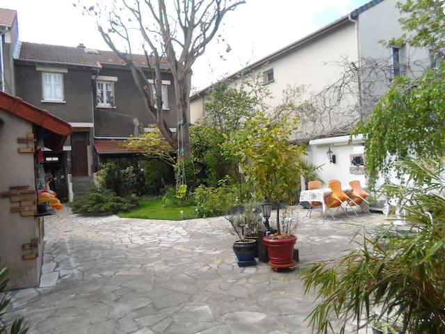 Un coin de verdure proche Paris & Metro - Maisons-Alfort - House