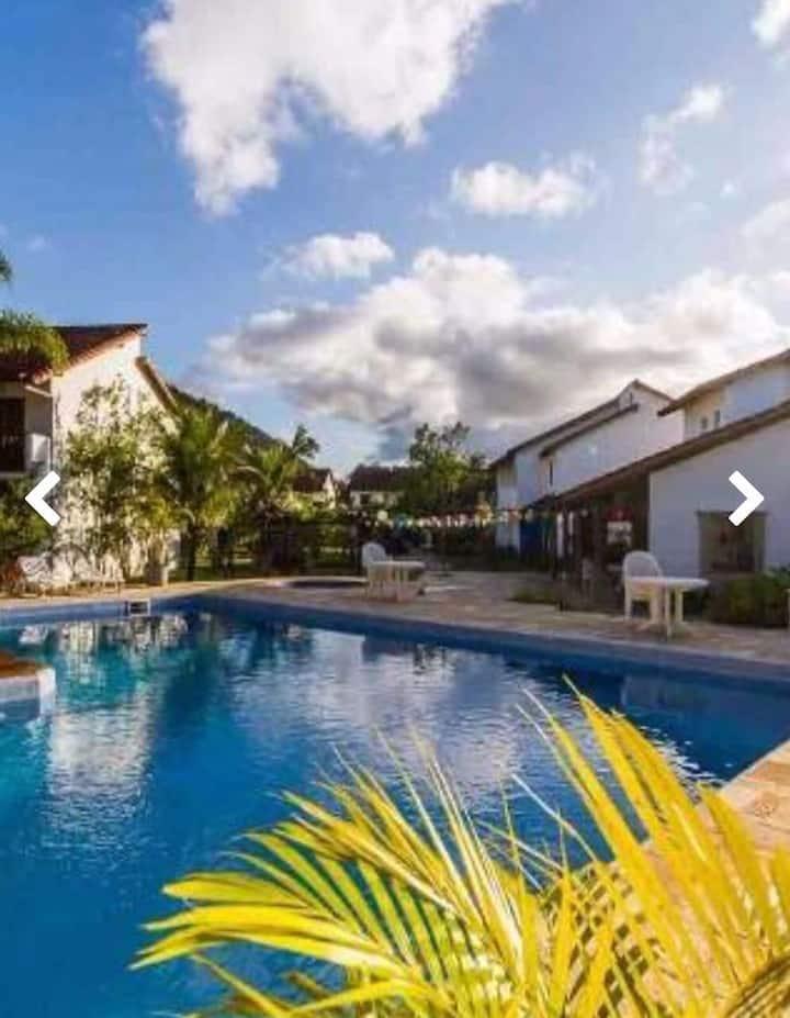Casa condomínio fechado prox. à praia de Maranduba