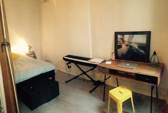 Bureau et piano