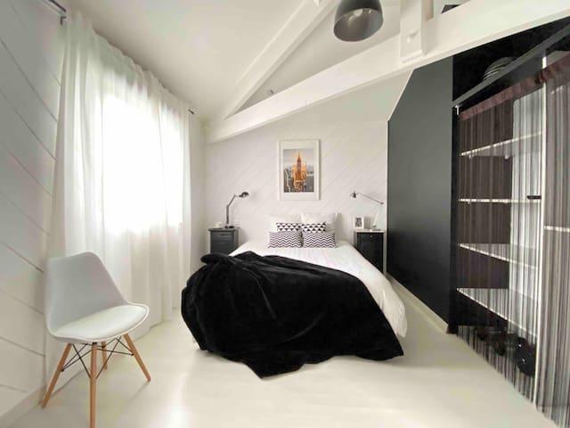 Chambre 2 : lit queen size, TV écran géant, console de jeux PlayStation et rangements