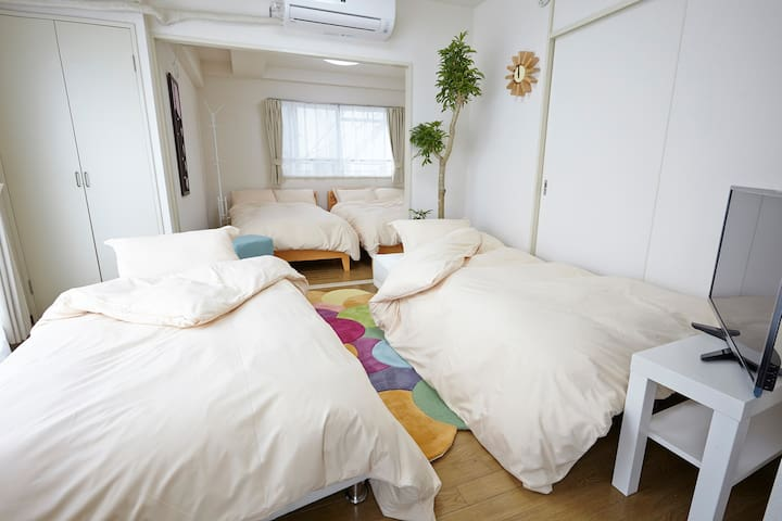 Room with 2 Double size(140×195cm)bed, 2 Single size(97×195cm)sofa bed can be shared with up to 6 people.