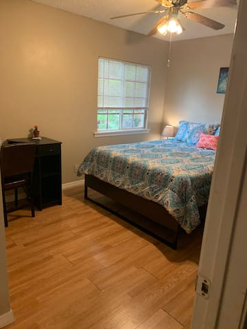 Spacious cozy room newly renovated with queen bed