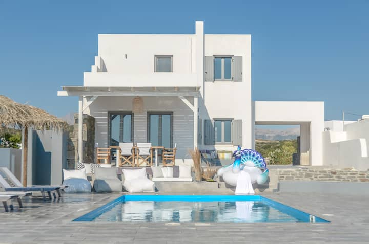 Luxury villa Tranquillity 4 BR/Private pool Near the beach – 7 Min Walk
