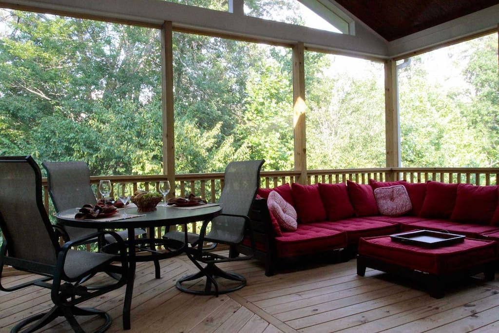 The roomy screened in porch, like a treehouse!