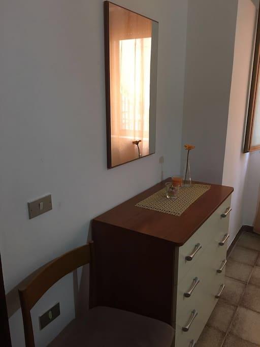 Camera da letto matrimoniale ( angolo comò  con specchio )