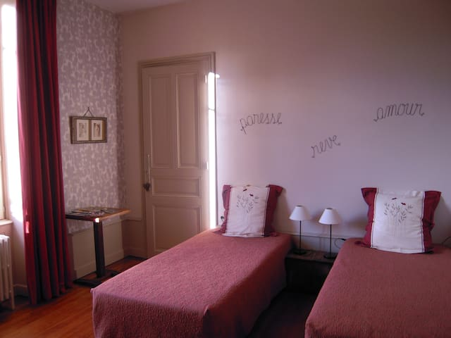 CLOS DE CHARLIEU chambre /room DUO - CHARLIEU  - Bed & Breakfast