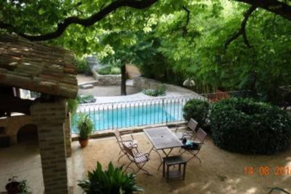 La piscine ( nage à contre courant avec sa plage en pierre de marbre douce et antidérapentevous invite à la baignade depuis le balcon de notre cuisine , sur la gauche le barbecue sous abri et une présentation de quelques meubles de jardin , il y en a d'au