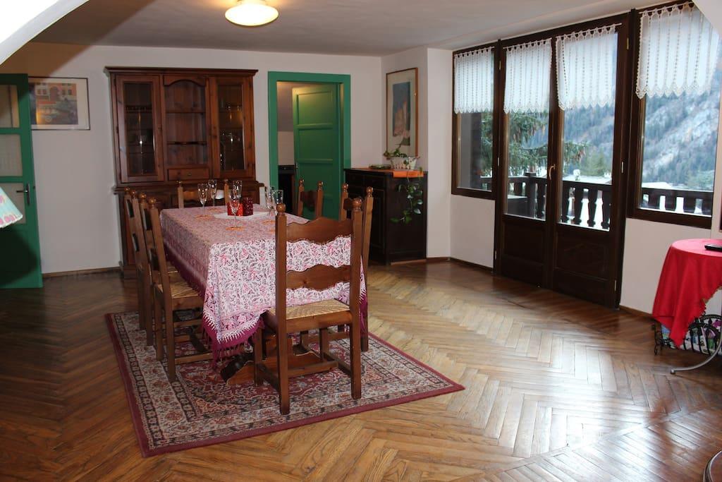 Il salone e la vetrata con vista sulla catena del Monte Bianco