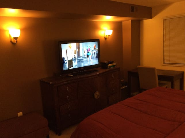 Relaxing & Convenient King Bedroom - Adelphi