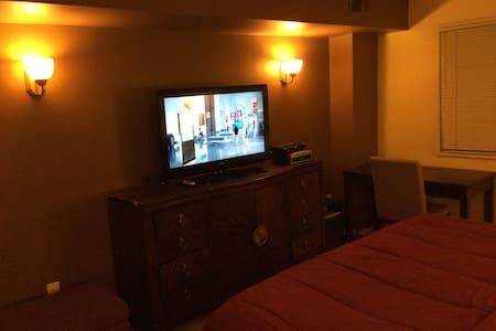 Relaxing & Convenient King Bedroom - Adelphi - Apartemen