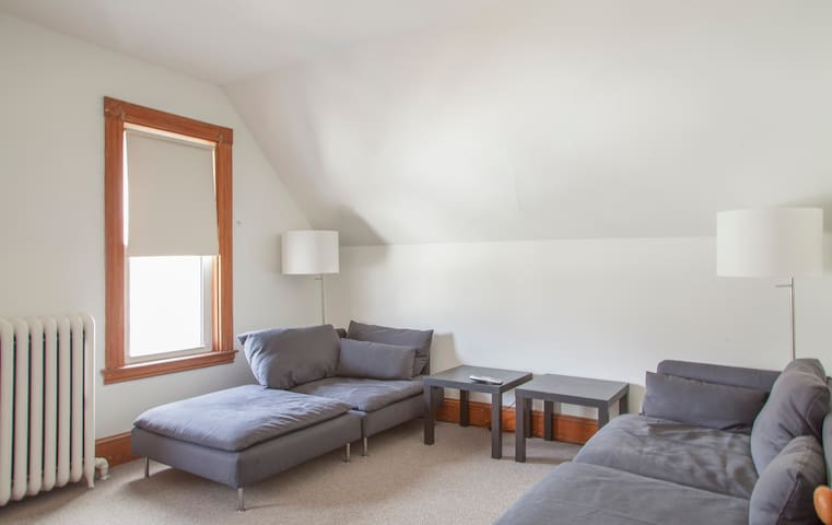 Top Floor Renovated 1 BR / 1BA - West Roxbury - Appartamento