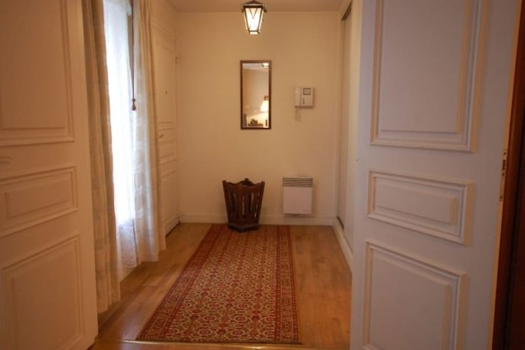 A entrance with a wc and wash basin.