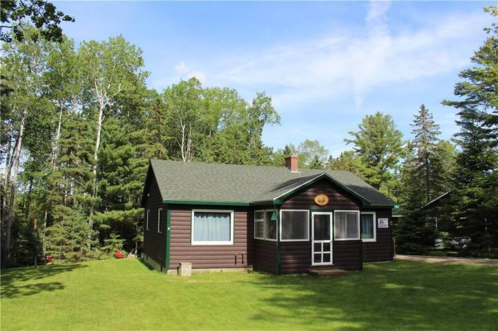 RM G - 2 Bedroom cottage in Rangeley Manor, with 3 season porch and large yard