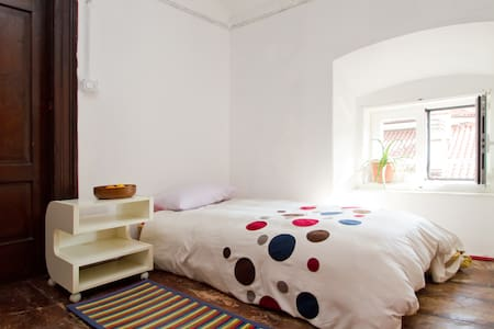 Room attached to lounge - games and books.Central. - Triest - Bed & Breakfast