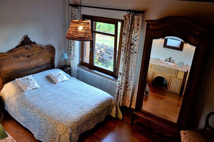 Gite à Lachassagne  en Beaujolais , Lyon , Rhône,  4/5personnes: au premier étage , chambre romantique , literie neuve , exposée au sud ,vue sur la campagne avec coin beauté fonctionnel .
