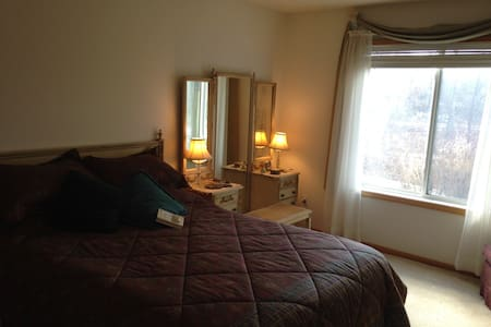 Peaceful 1 Bedroom Walkout Retreat  - Inver Grove Heights - 一軒家