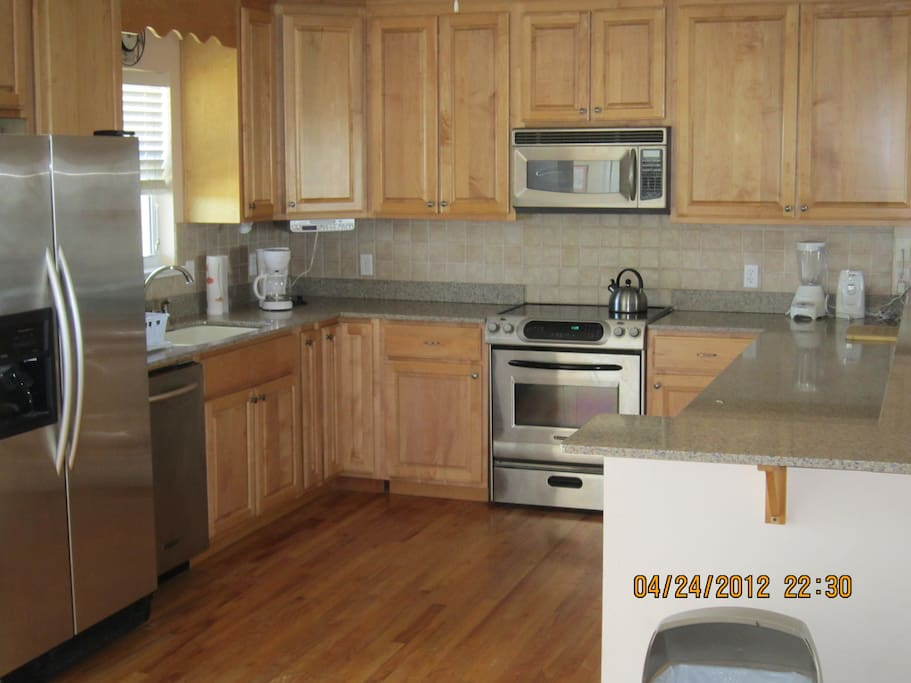 VERY LARGE AND WELL EQUIPPED KITCHEN WITH BAR