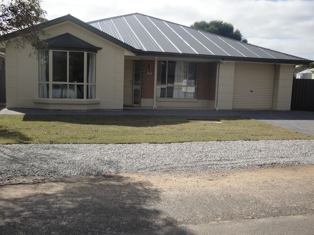 2012 home, near beach, cafes for 12 - Normanville - Huis