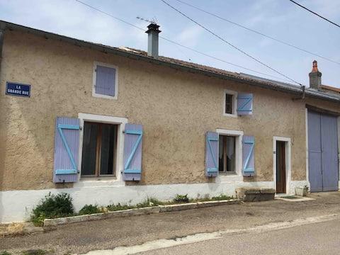 Petite maison pleine de simplicité à la campagne