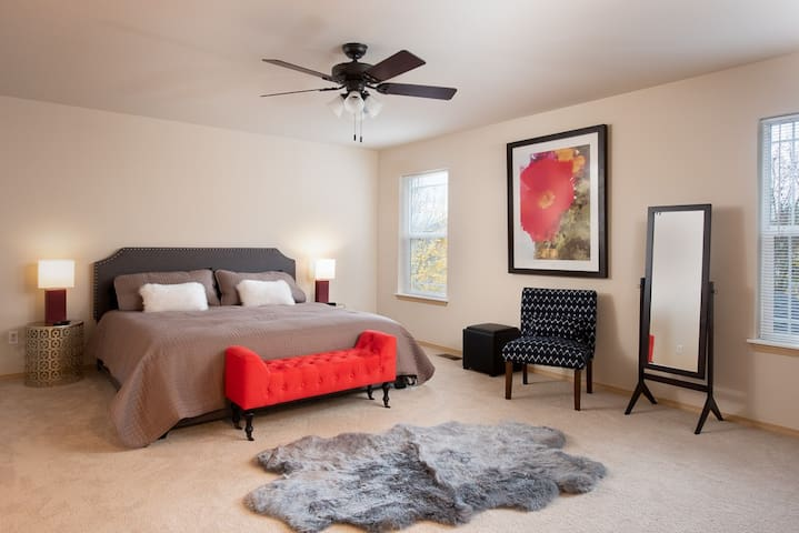 Large Master Bedroom with King Size Bed, En-Suite and Walk-In Closet