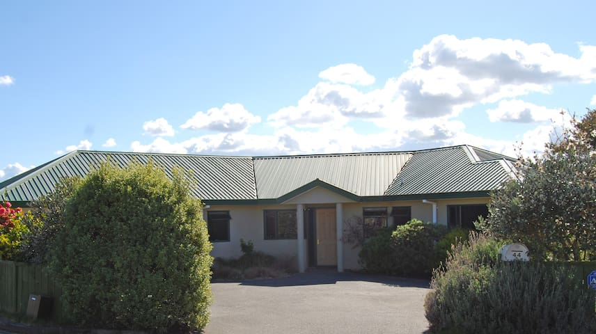 Quiet and Private 3 bedroom home, 2 guest bedrooms - Taupo - Bed & Breakfast
