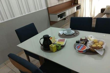 Quarto aconchegante e café da manhã como cortesia