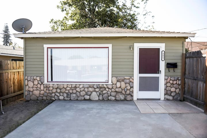 Pet Friendly Hanford Home (wifi,/240+cable & w/d)