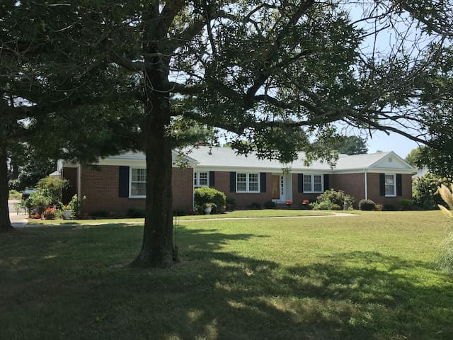 Beautiful Brick Home-Clean, Convenient and Cozy!