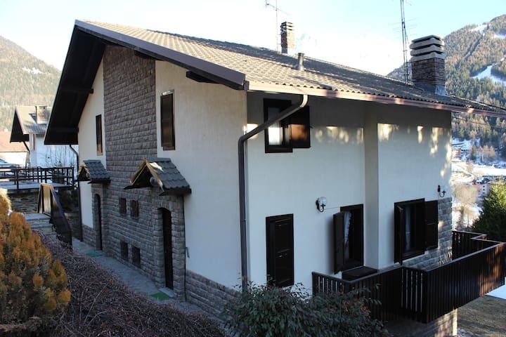 soleggiata villa con giardino