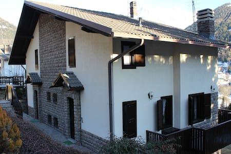 Soleggiata villa con giardino - Ponte di Legno - Huvila