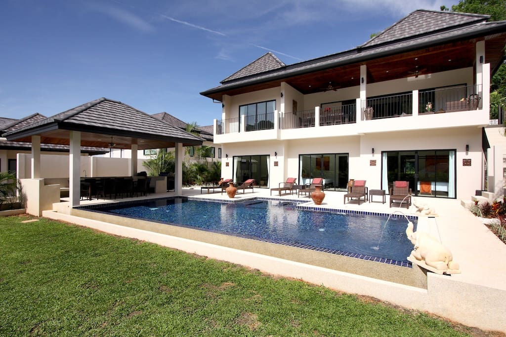 Spacious villa with large swimming pool and usable garden