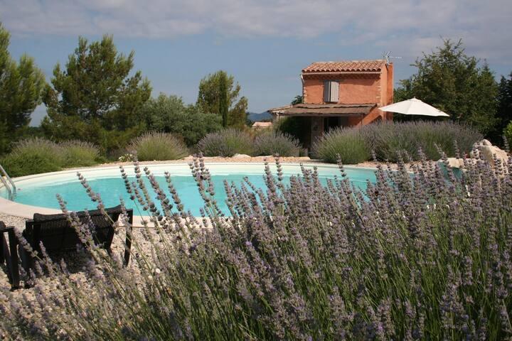 Cabanon provençal confortable avec piscine et spa