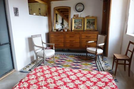 Une chambre calme et douce.