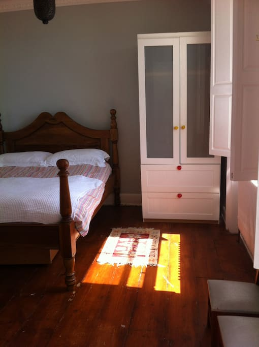 The room has an antique French double bed with a new and very comfortable mattress, a wardrobe and bunk beds. All linen is 100% cotton and will be provided along with towels. The room looks out over a beautiful regency square and gardens and has uninterrupted sea views.