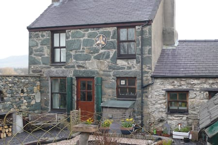 Traditional Welsh Stone Cottage  - Penisa'r Waun