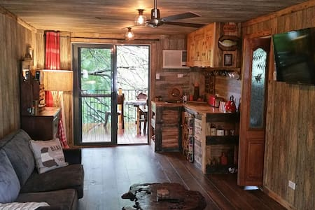 Private cabin themed studio + deck - Blaxland
