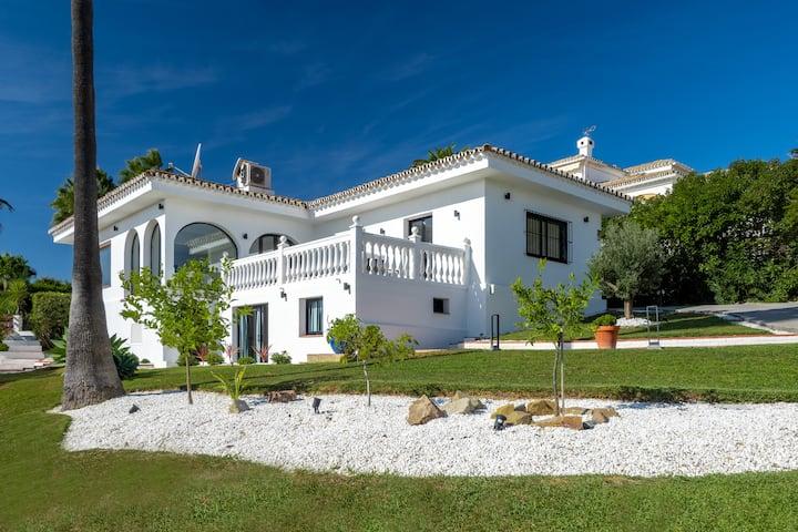 Villa renovated in 2018, sea view, beach access
