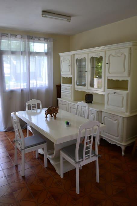 Un espace salle à manger pour vos repas en toute convivialité