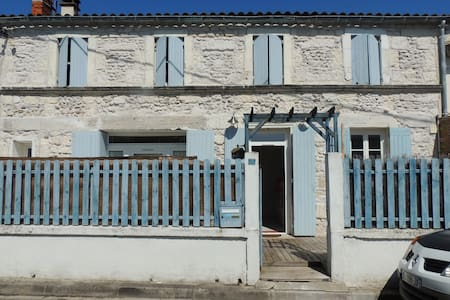 Room in character house - Chaillevette - Talo