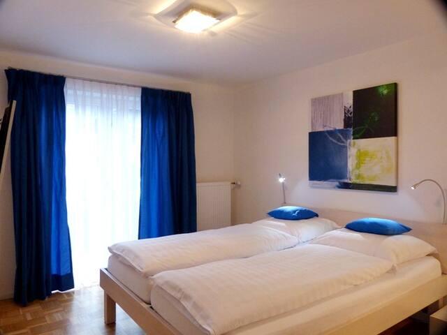 Schlafzimmer Bett 2,20m, mit Balkon, SAT TV