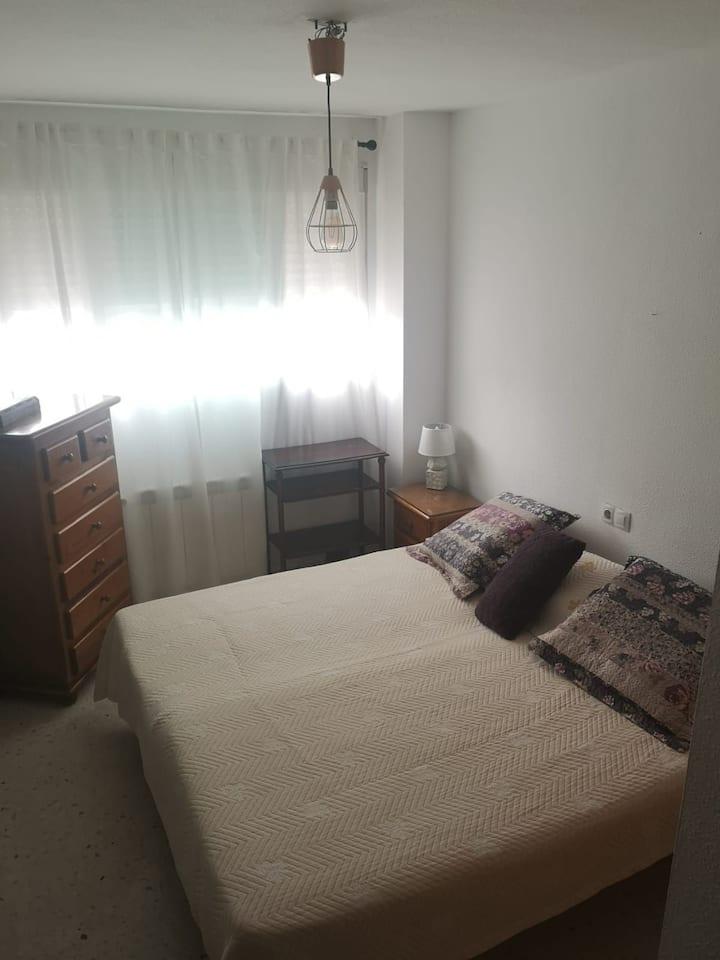 Amplia habitación con ambiente familiar